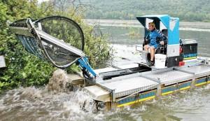 Il mezzo mezzo anfibio Truxor in prova al Lago di FImon: taglia e raccoglie il famigerato myriophillum