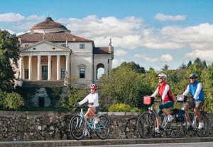 Cicloturisti e sullo sfondo la Rotonda del Palladio.