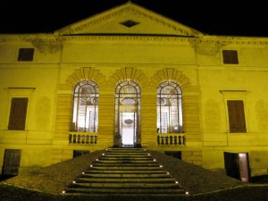 La facciata palladiana di Villa Caldogno di notte