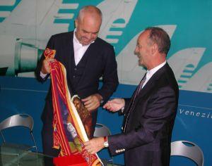 Zorzato dona una bandiera del Veneto a Rama, primo ministro albanese