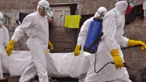 Così bardati girano gli operatori sanitari nei villaggi colpiti da Ebola e nei centri di isolamento