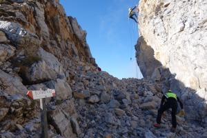 Suggestiva immagine sul gruppo del Carega: impegnati rocciatori esperti del Soccorso alpino