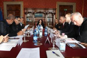 Il Presidente del Consiglio regionale del Veneto Clodovaldo Ruffato sulla sinistra legge un documento