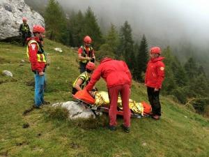 L'escursionista veneziana  che non riusciva più a camminare a causa di una frattura raggiunta dagli uomini del Soccorso Alpino e imbarellata per l'ospedale