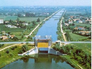 Un'immagine aerea dell'idrovia Padova-Venezia, considerata da 50 anni un'opera pubblica incompiuta: serve anche per far defluire le piene