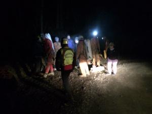 Un momento dell'uscita dalla grotta dell'infortunato con i soccorritori.