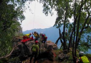I tecnici del soccorso alpino e i sanitari imbarellano la ragazzina ferita sulle pendici del Monte Cimone