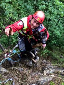 L'operatore Nicola con la cagnolina Eva molto intelligente e dal fiuto finissimo!