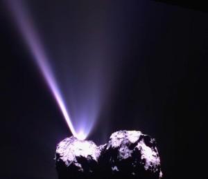 La fotografia illustra lo spettacolare getto di polvere e gas con cui la cometa C-G saluta l'astronave Rosetta in occasione dell'attraversamento del perielio, la notte tra il 12 e 13 agosto 2015. credits: ESA/Rosetta/MPS for OSIRIS Team MPS/UPD/LAM/IAA/SSO/INTA/UPM/DASP/IDA