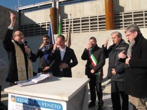 Don Giampaolo Barausse benedice il bacino di laminazione di Caldogno
