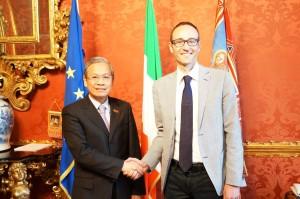 L'ambasciatore del Vietnam Cao Chinh Thien e l'assessore al commercio della Regione del Veneto Federico Caner.