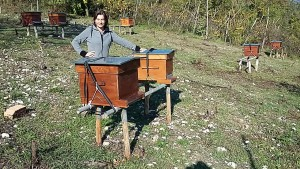 La biologa, insegnante e apicoltrice professionista Costanza Sartori nel suo apiario sugli Euganei.