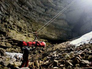 Imbarellato in esercitazione del Soccrso Alpino dentro alla Caverna del Sieson a Rotzo