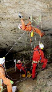 Speleologi del Soccorso Alpino in esercitazione nella Caverna del Sieson a Rotzo