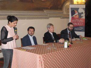 Al tavolo della presentazione del Festival biblico da sinistra Roberta Rocelli, Guido Zovico, mons. Roberto Tomasi e Leopoldo Sandonà