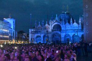 basilica di San Marco di sera con pubblico