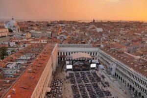 piazza San Marco a volo d'uccello sul palco di Zucchero Sugar Fornaciari al tramonto