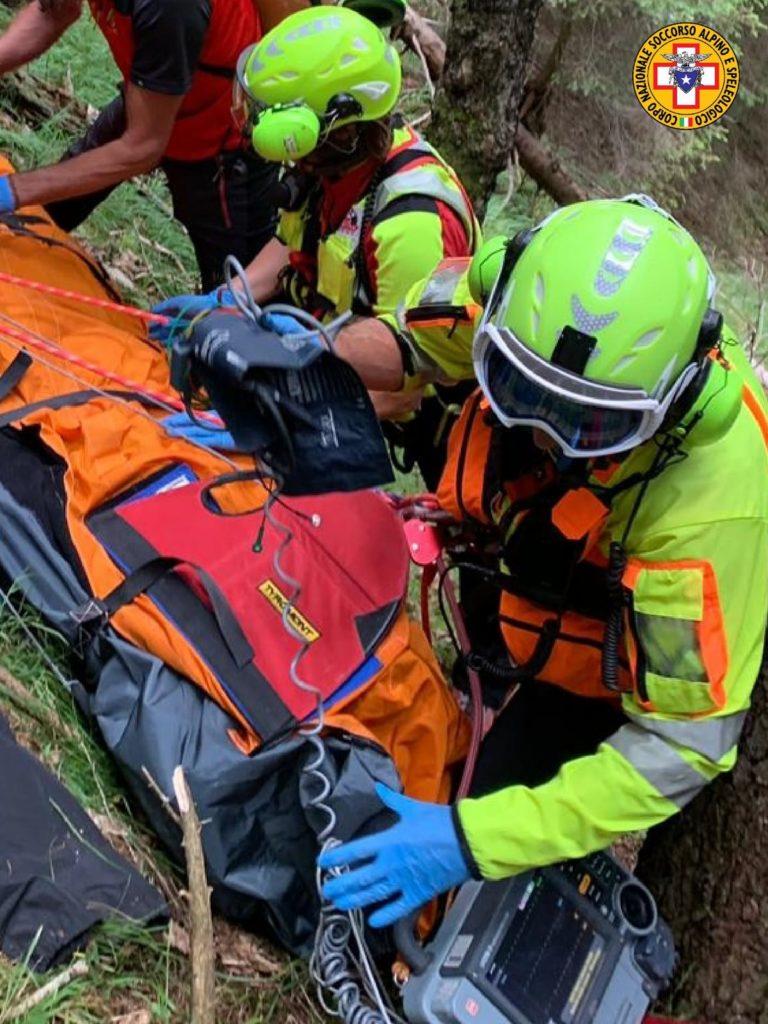 Spalla rotta per fungaiolo finito in un dirupo nel bosco in Val Comelico
