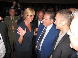 Il Ministro Roberta Pinotti si congratula con il regista Leonardo Tiberi. Con loro Marino Zorzato, vicepresidente della Regione del Veneto.