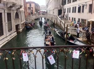 """I cartellini della campagna """"Unlock your love"""" legati sui ponti veneziani. Scorcio di un canale in zona San Marco con sullo sfondo il Ponte dei Sospiri!"""