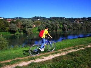 Una bicicletta sugli argini del grande fiume Po.