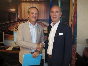 Il presidente del Gruppo Ncd Giancarlo Conta dà una stretta di mano di benvenuto a Sandro Sandri.