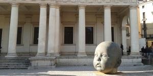 Una delle teste di Lopez Garcia all'esterno di Palazzo Chiericati a Vicenza.