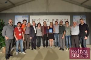 I cantanti premiati al Festival Biblico con alcuni organizzatori sul palco del tendone di piazza Duomo a Vicenza