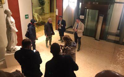 Cascatelle d'acqua in Consiglio regionale del Veneto: l'alta marea devasta Venezia ed entra in aula [VIDEO]