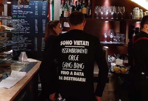 """""""Mantieni le distanze"""" per il Covid-19: polemiche tra commercianti per una maglia goliardica!"""
