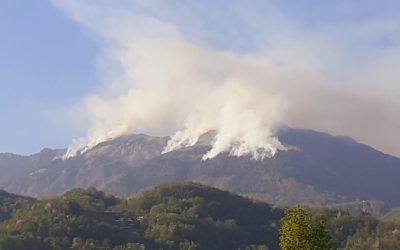 Incendio sul Novegno: evidenti più focolai – foto alle ore 18