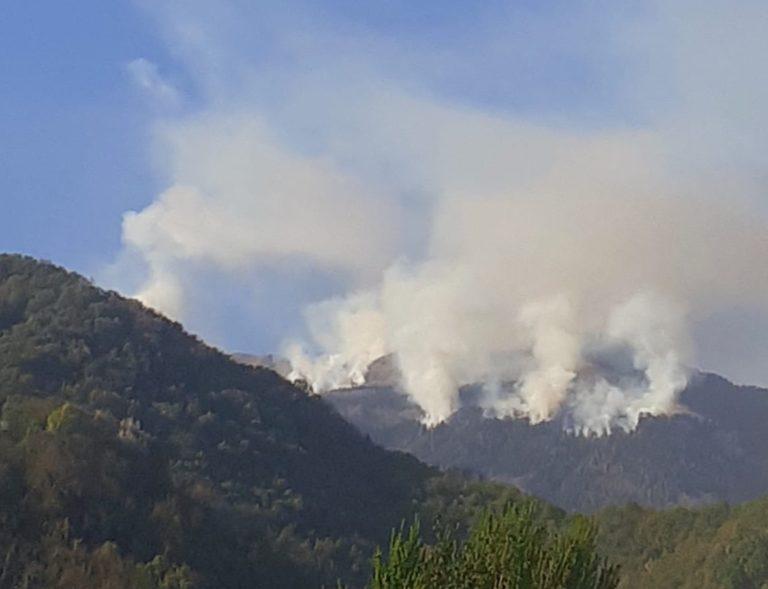 Incendio sul Novegno con più focolai [VIDEO]