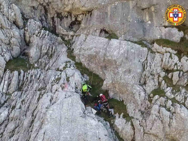 Alpinista vola in parete sulla via Mafalda: spalla rotta, recuperato con l'elicottero