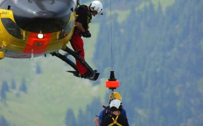 Cade con la bici sul Pasubio: soccorsa con l'elicottero