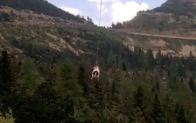I Vigili del Fuoco fanno volare una mucca ad Arsiero [VIDEO]