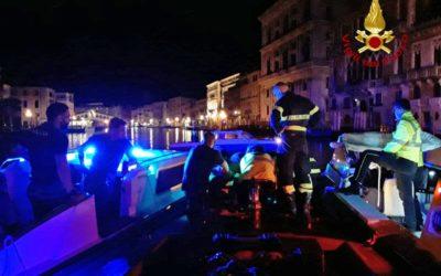 Donna cade in acqua in Canal Grande a Rialto: salva!
