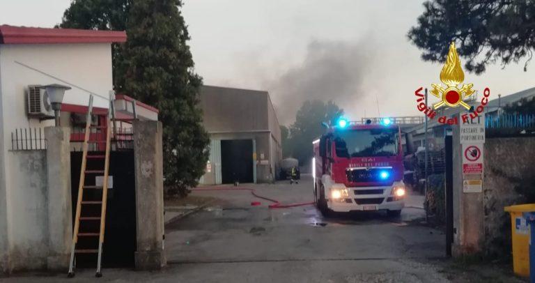 L'incendio di un muletto fa scattare l'allarme in una azienda chimica di Mestre