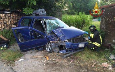 A Marano auto sbatte all'alba su casa abbandonata: due feriti [FOTO]