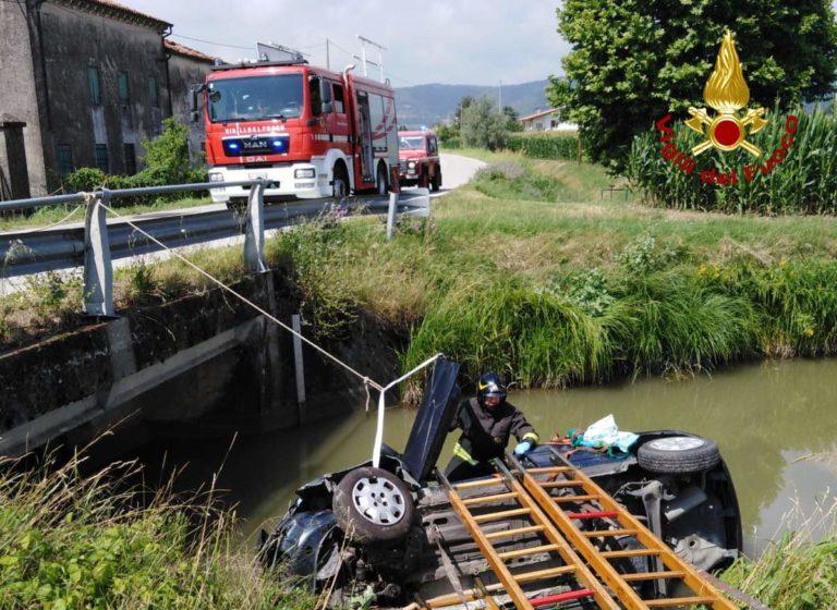 Auto in canale, 75enne miracolata: solo mezzo metro d'acqua