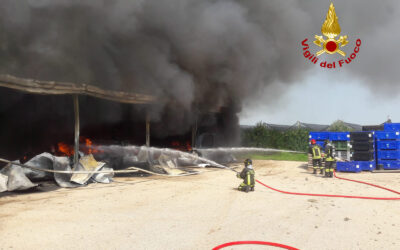 Capannone distrutto dalle fiamme, fumo visibile a km