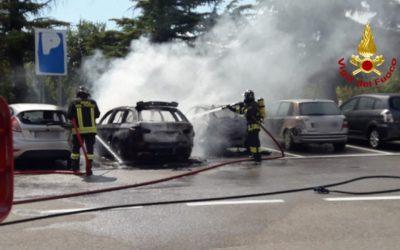 A Dueville nel park fuori dall'autostrada un'auto prende fuoco e le fiamme divorano altri mezzi