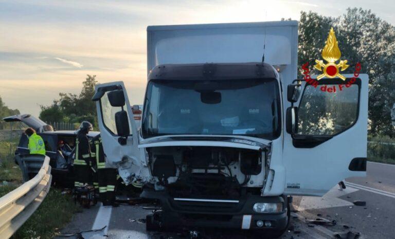 Donna muore all'alba di Ferragosto, auto contro camion a Ca' Noghera, feriti figlio e marito