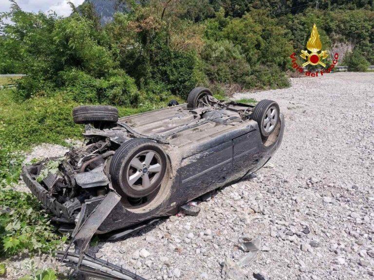 Auto fuori strada e capovolta  in Cadore, due feriti