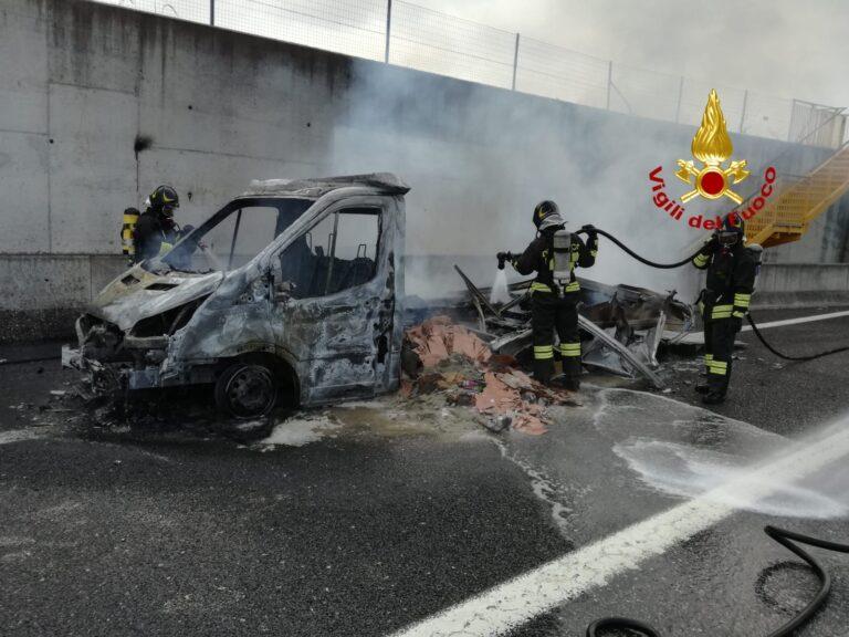 Furgone in fiamme in A4, traffico in tilt