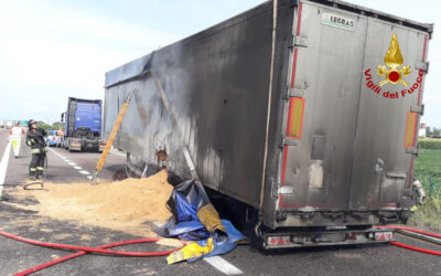 Camion in fiamme, traffico in A4 bloccato