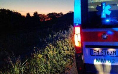 Si sporge dall'auto in corsa e batte la testa contro ramo: morto 20enne