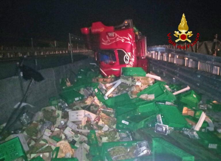Camion contro new jersey: Romea chiusa per… Uva