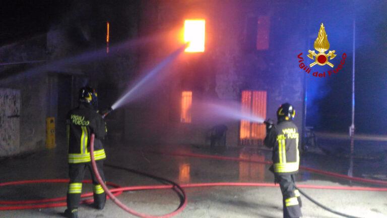 Casa in fiamme, scongiurata esplosione bombola gpl