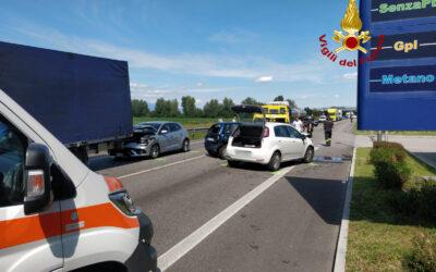 Maxi tamponamento tra 5 auto e due camion: un ferito grave