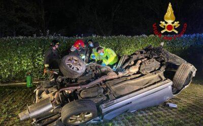 Auto fuori strada: si rovescia, giovane morto